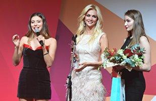 La modella Viktoria Lopyreva, al centro, testimonial della Coppa del Mondo