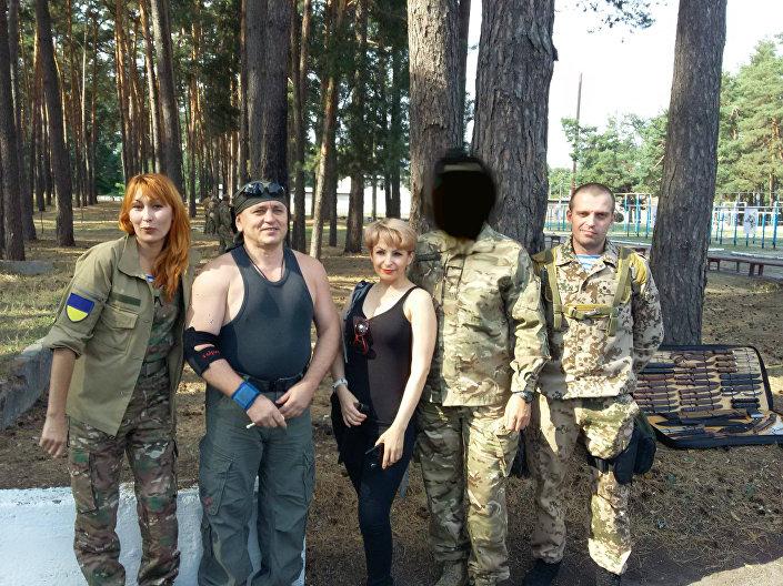 Ill poligono della Guardia Nazionale, le esercitazioni dedicate alla memoria del colonnello Vyaceslav Galva. Da sinistra a destra: Irina Rubenstein, Andrey Lisogor, una volontario Irina e Sergey Sanovsky.