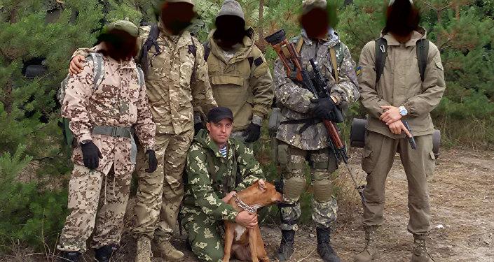 Le esercitazioni dell'unità militare 3066. Sergey Sanovsky con il cane.