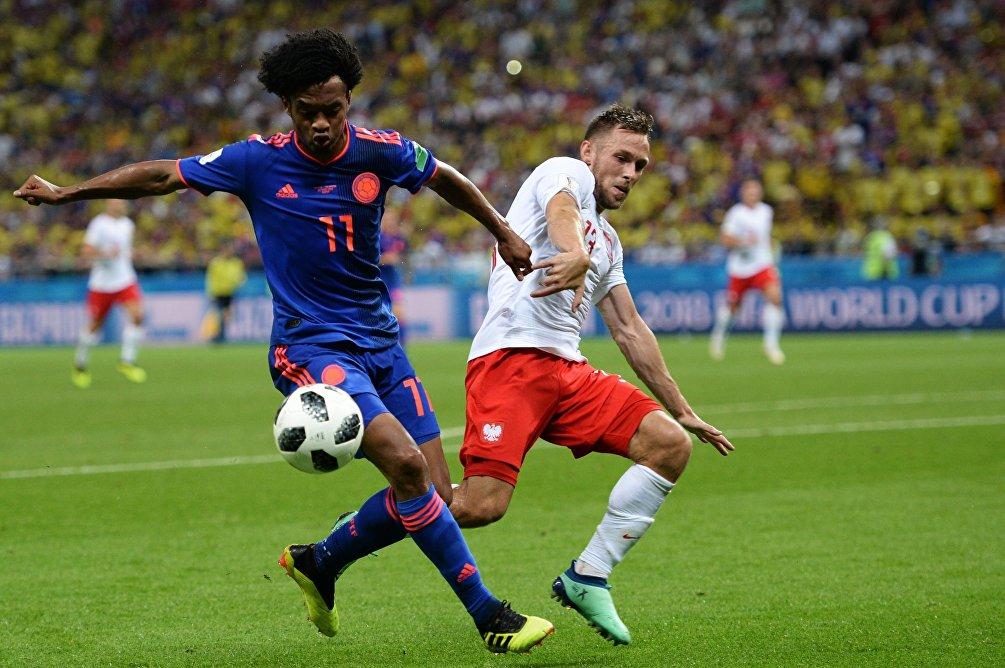 Il giocatore colombiano Juan Cuadrado contrastato dal polacco Macej Rybus