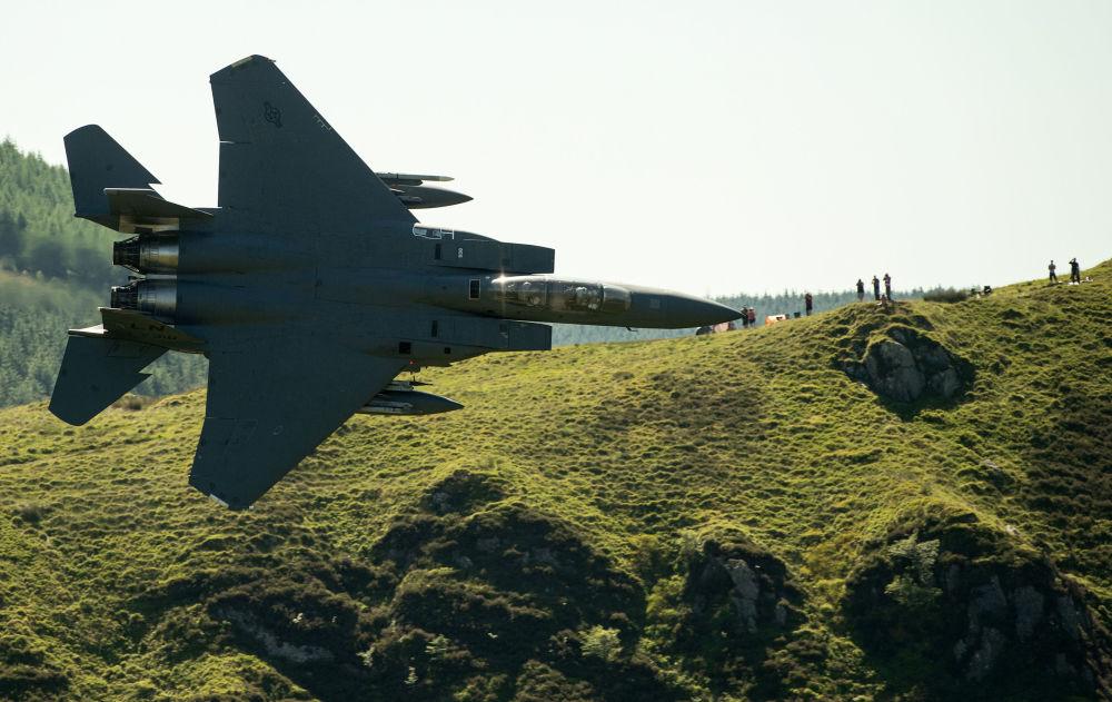 Il caccia americano F-15 vola nei pressi di Dolgellau nel nord Galles, il 26 giugno, 2018.