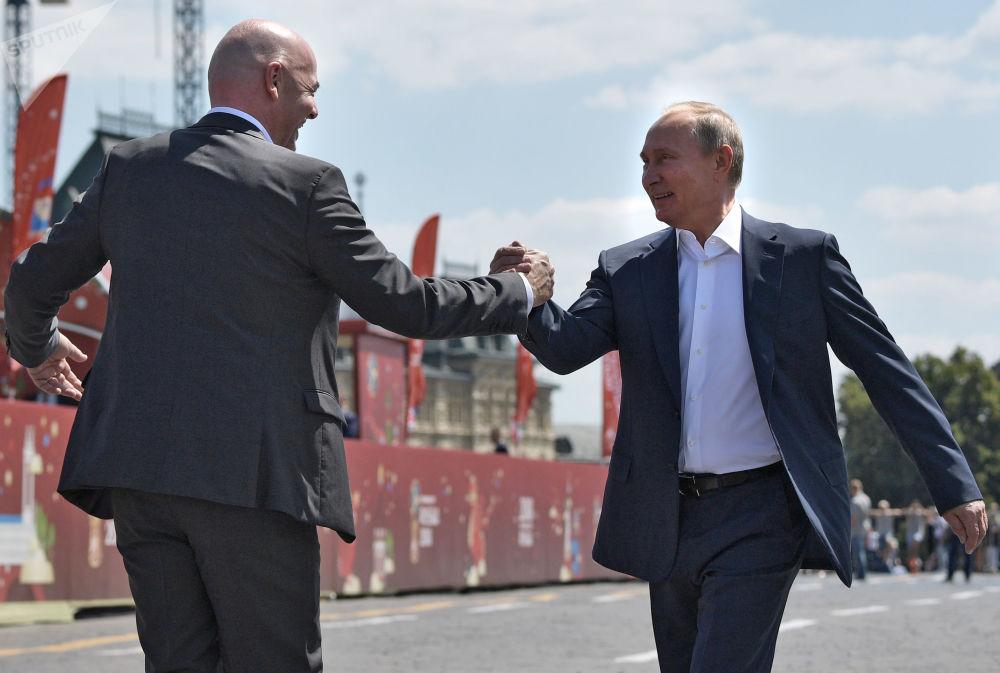 Il presidente russo Vladimir Putin e il presidente della FIFA Gianni Infantino visitano il parco della Coppa del Mondo alla piazza Rossa, il 28 giugno, 2018.