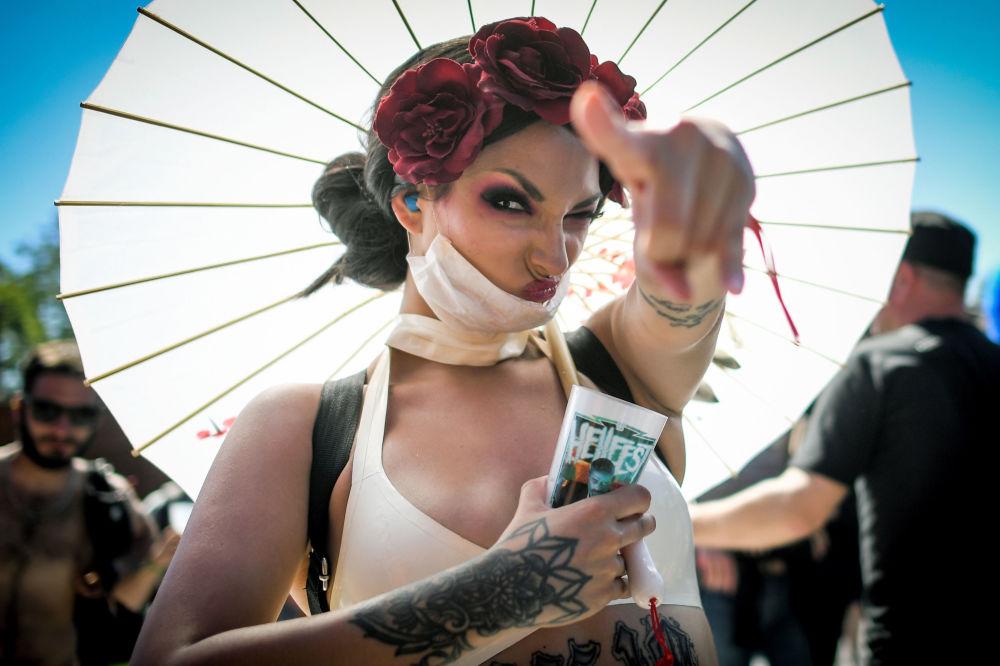 Una visitatrice del Festival di musica Hellfest a Clisson, Francia.