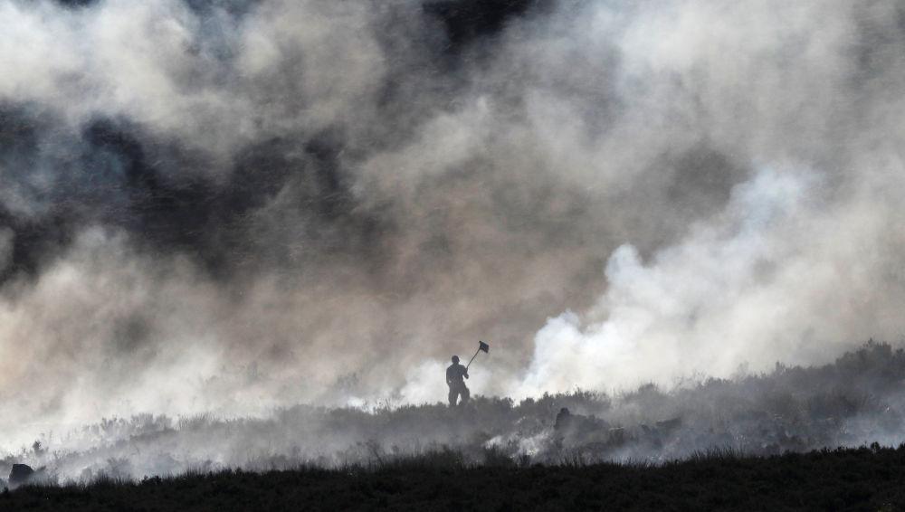 Lo spegnimento dell'incendio di un palude a Carrwood, Gran Bretagna.