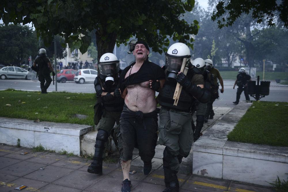 La polizia arresta un protestatore a Salonicco, Grecia.