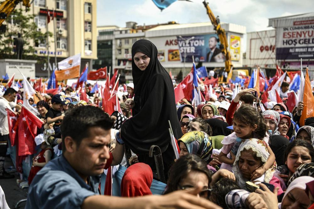 La gente all'intervento del presidente Recep Erdogan un giorno prima delle elezioni ad Istanbul, il 23 giugno, 2018.