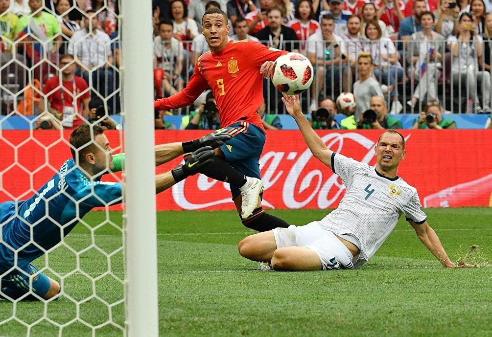 Igor' Akinfeyev respinge il tiro di Rodrigo, nel secondo tempo supplementare di Russia-Spagna
