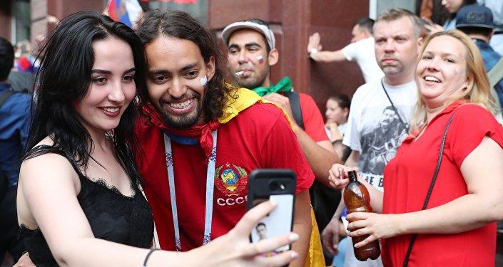 Tifosi sulla via Nikolskaya di Mosca, il centro della movida mondiale