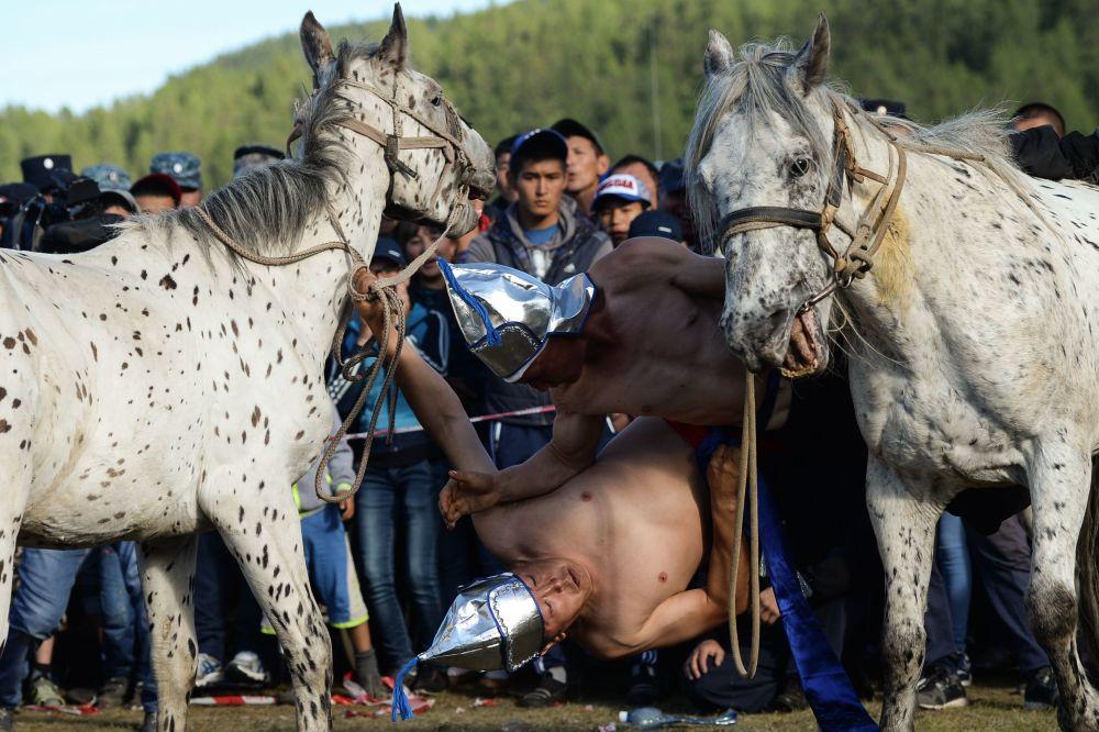Un momento della tradizionale lotta a cavallo.