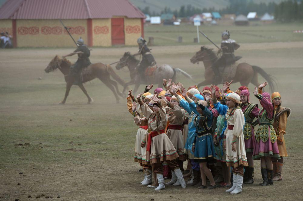 L'apertura della festa per i 150 anni dell'unione dei Telenghiti alla Russia.
