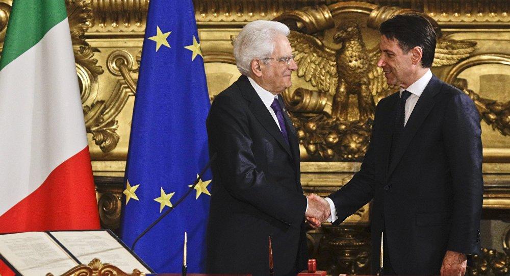 Una stretta di mano tra Sergio Mattarella e Giuseppe Conte
