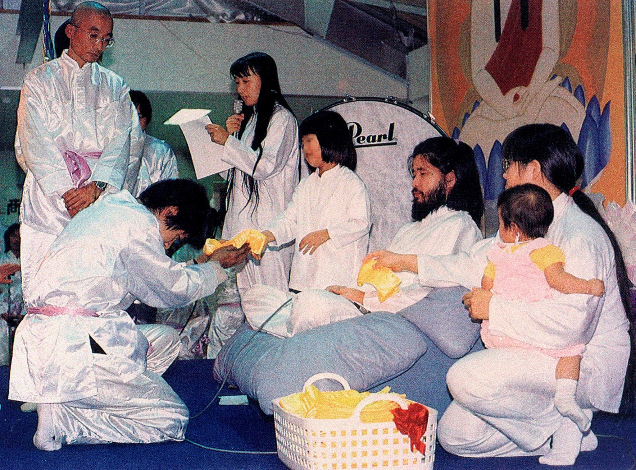 Il leader di Aum Shinrikyō Shōkō Asahara con i membri della setta