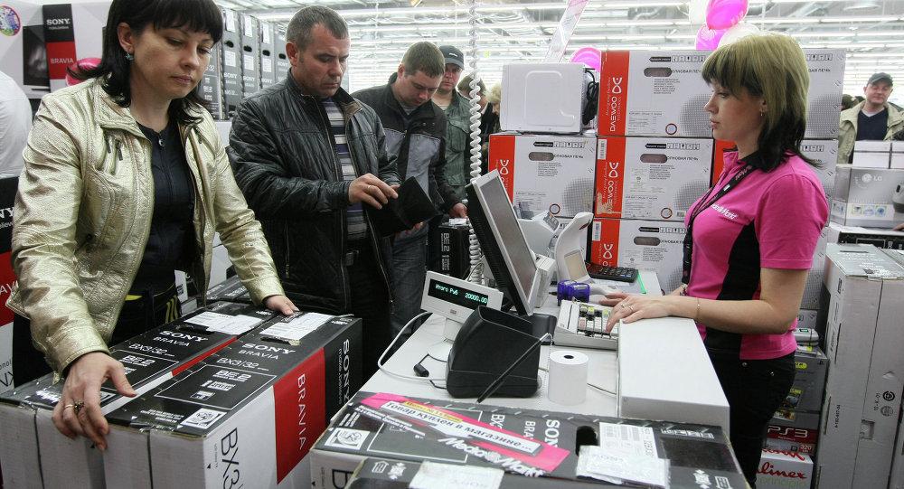 Cassiera e clienti in un ipermercato a Novosibirsk