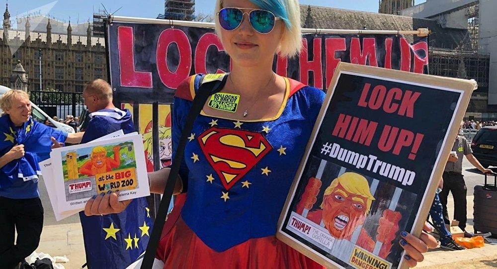 Donna a manifestazione anti-Trump a Londra