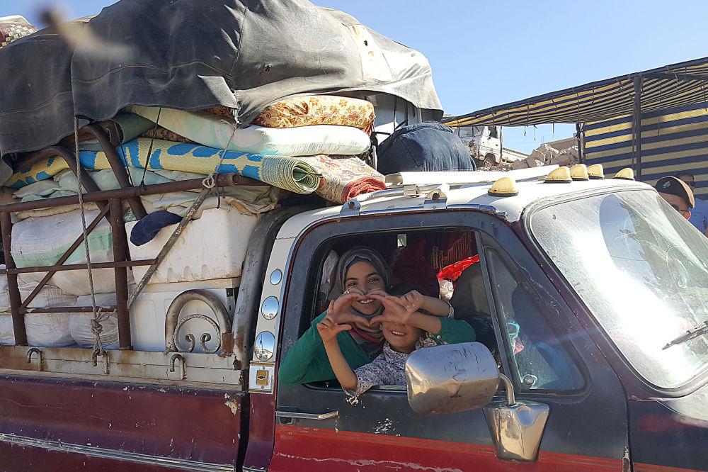 Siriani si preparano a lasciare un campo profughi nei pressi di Arsal, Libano.