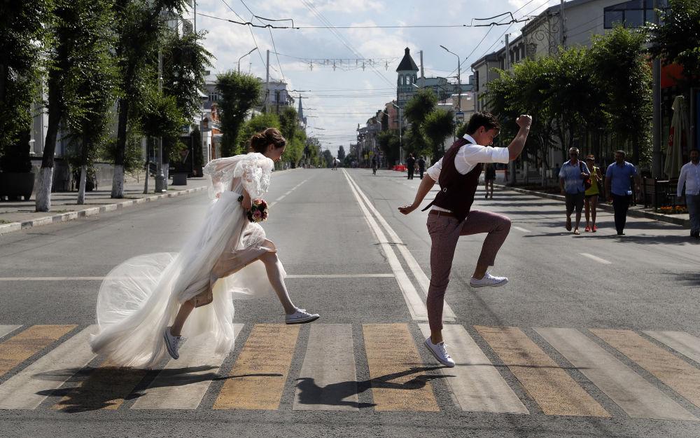 Gli sposini novelli a Samara, Russia.