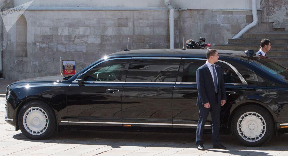 Il presidente russo Vladimir Putin sta scendeno alla auto Aurus del corteo del presidente russo.