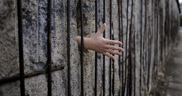 In cerca di una stretta di mano al Berlin Wall memorial in Bernauer Strasse, Berlino, domenica 13 agosto 2017