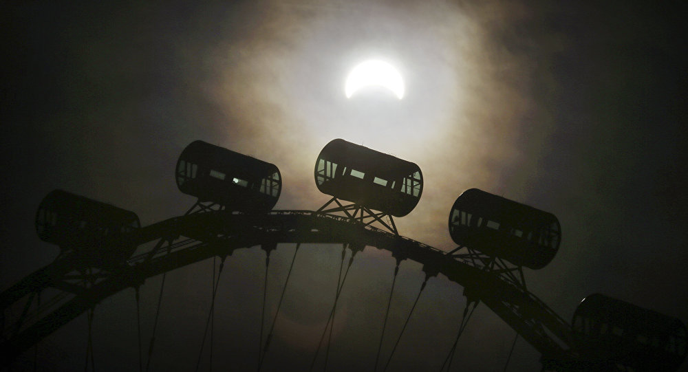 L'eclisse di sole del 9 marzo 2016 vista dal Singapore Flyer