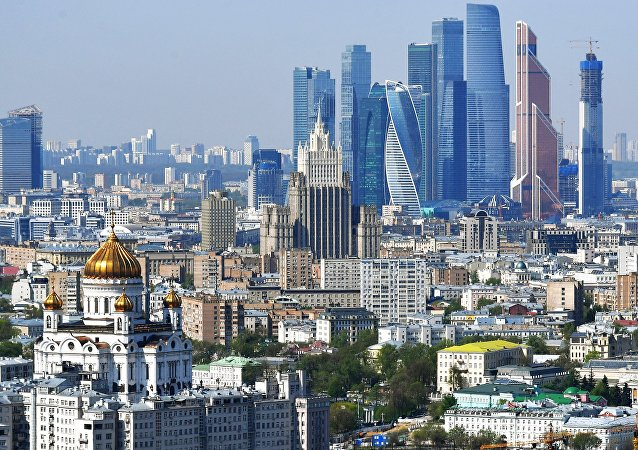Una veduta di Mosca, in primo piano il centro e chiesa di Cristo Salvatore, sullo sfondo la City