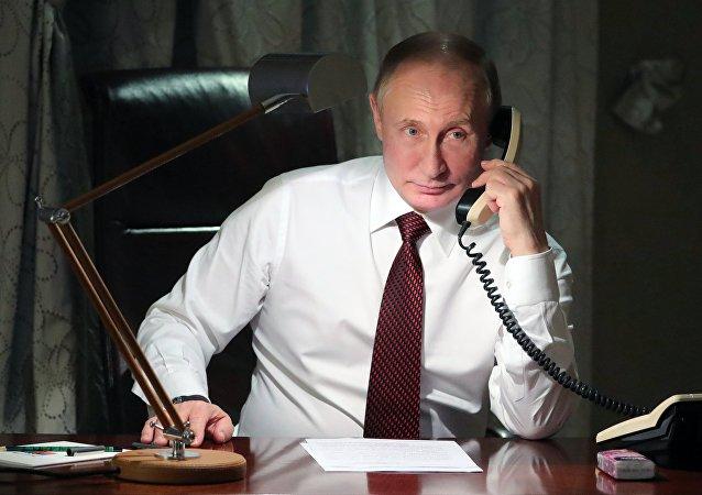 Vladimir Putin parla al telefono