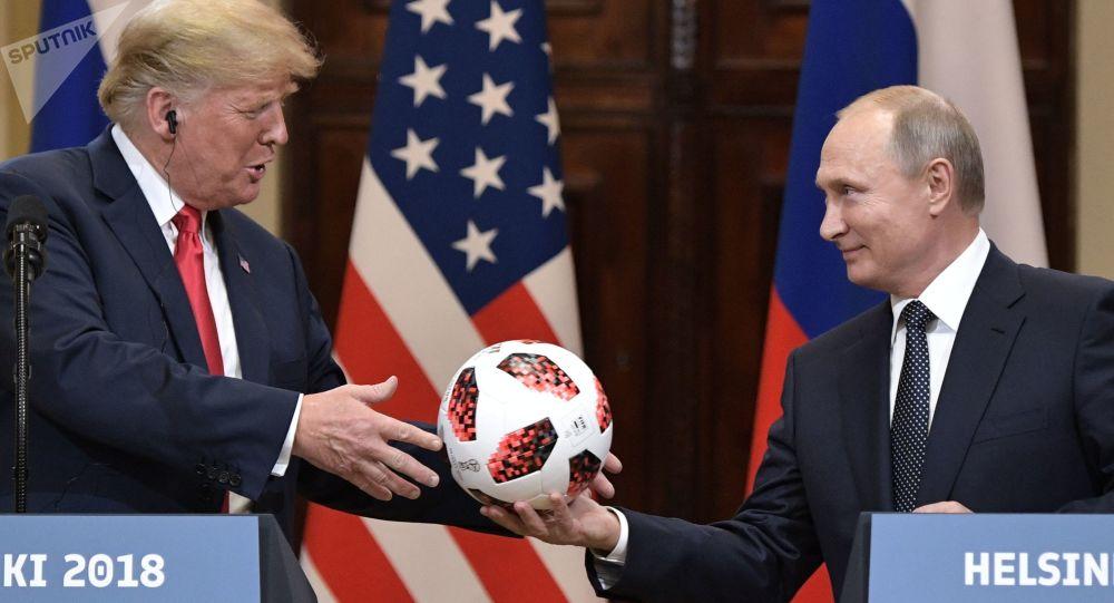 Putin regala un pallone a Trump