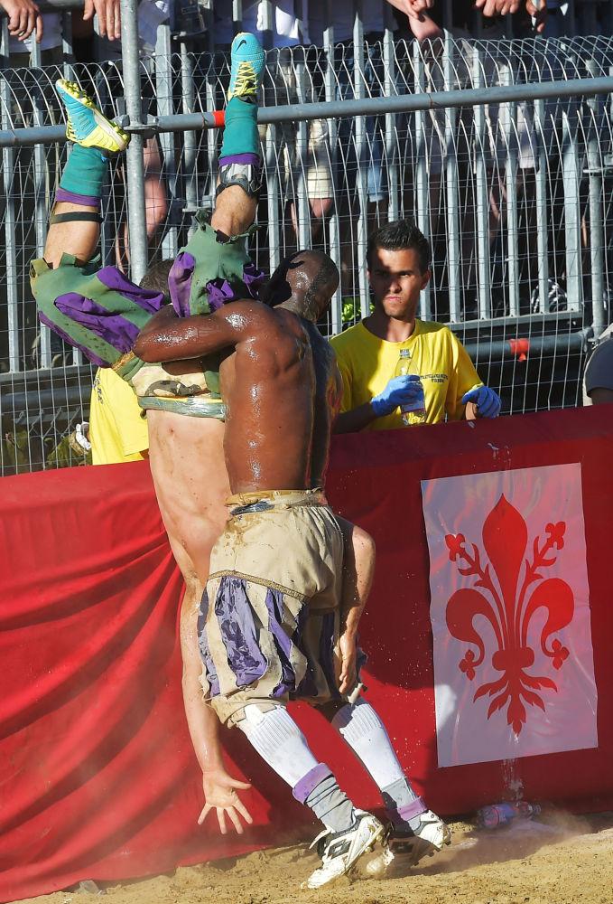 Firenze rievoca il calcio storico in piazza Santa Croce.