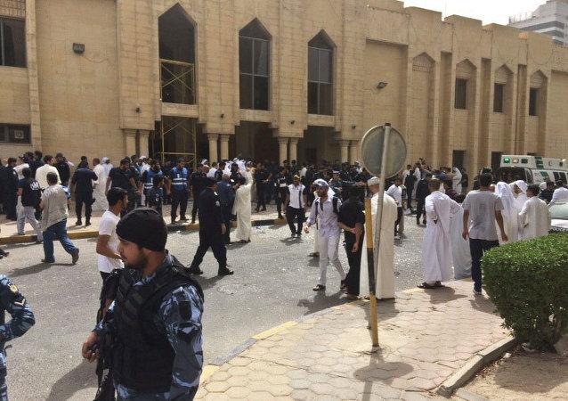 La gente e le forze di sicurezza dopo l'esplosione vicino alla moschea sciita Imam Sadiq alla città del Kuwait