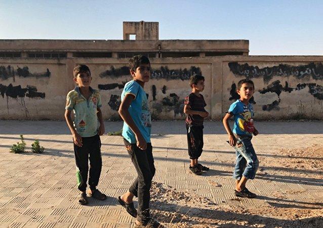 Bambini giocano in villaggio della provincia di Daraa in Siria