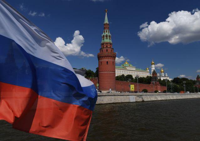 Bandiera russa sullo sfondo del Cremlino a Mosca