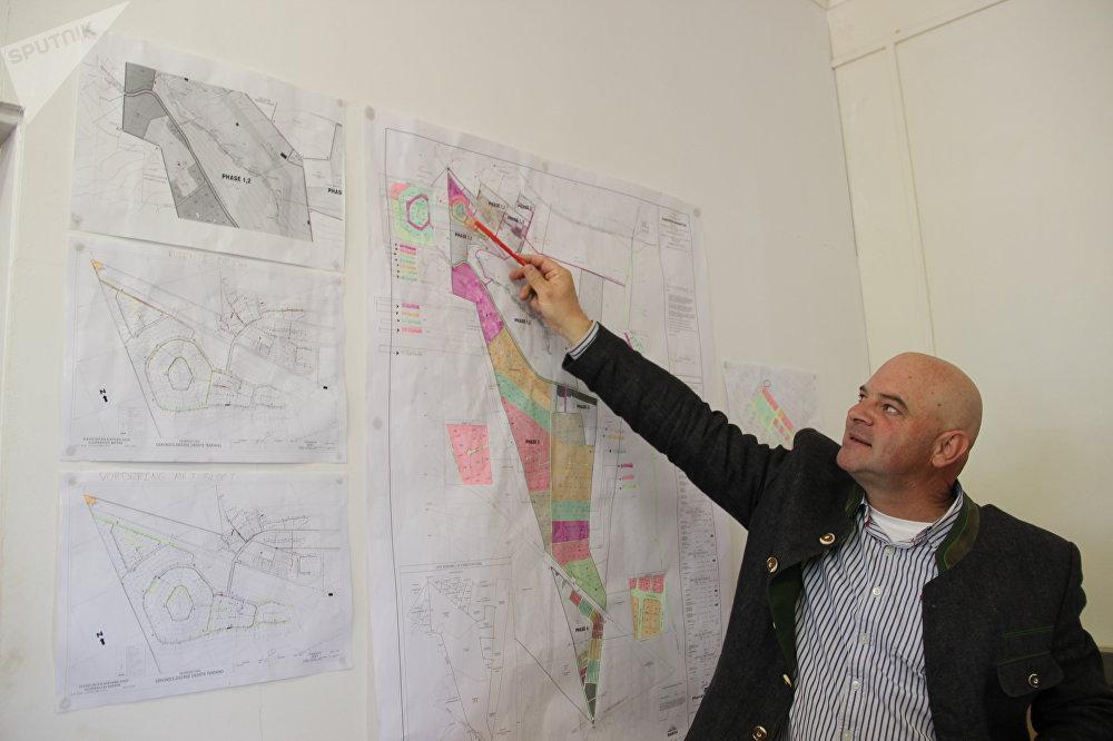 Dannie de Beer mostra la mappa di Kleinfontein
