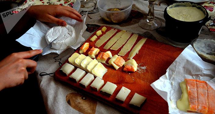Tavola imbandita con formaggi di produzione russa