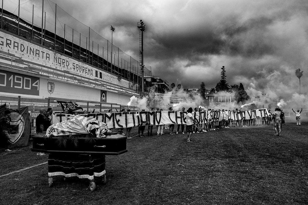 Gli ultras di Albenga e Sanremese rendono omaggio sul prato dello stadio di Sanremo alla salma di un loro compagno deceduto