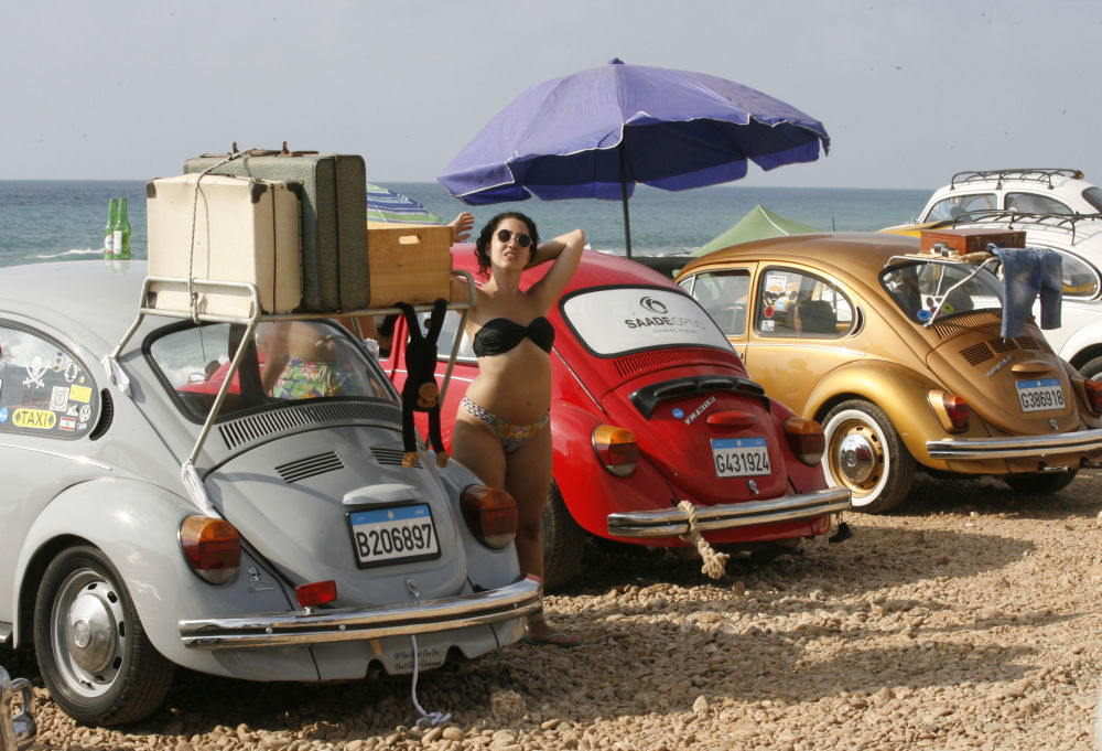 Partecipanti del club delle auto d'epoca Volkswagen a Naqura, Libano.