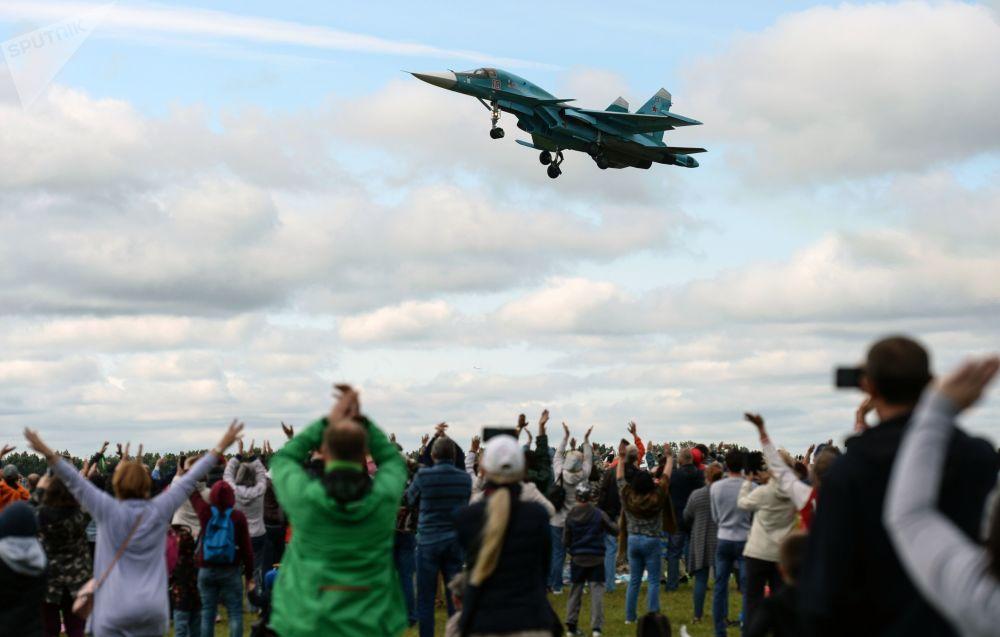 Esibizione di un Su-34 all'air show Dove noi - c'e' vittoria!, la regione di Novosibirsk.