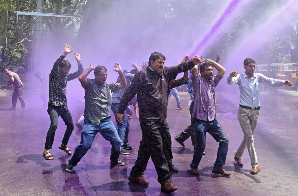 Le proteste contro il governo a Srinagar, India.