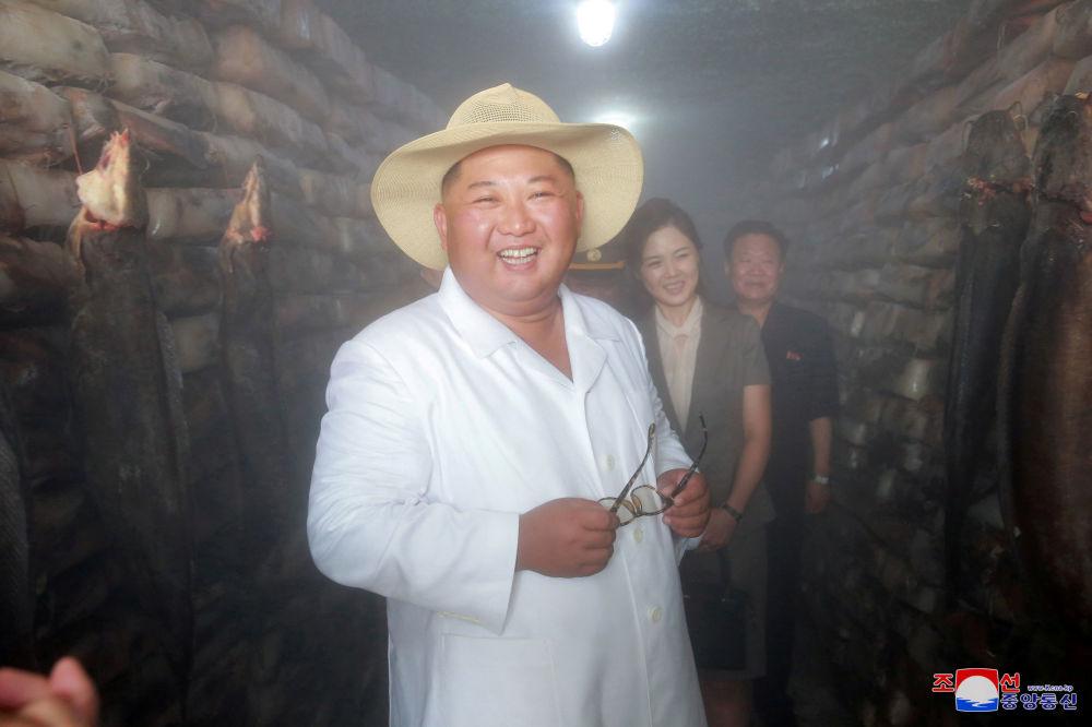 Kim Jong-un mentre visitava la fabbrica di lavorazione delle saline di prodotti ittici a Kimsanpchocy.