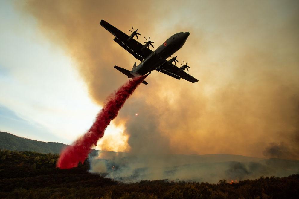 Estinzione degli incendi boschivi in California, USA.