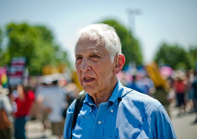 Pentagon Papers whistleblower Daniel Ellsberg attends on June 1, 2013 a demonstration in support of Wikileaks whistleblower US Army Private Bradley Manning at Fort Meade in Maryland.