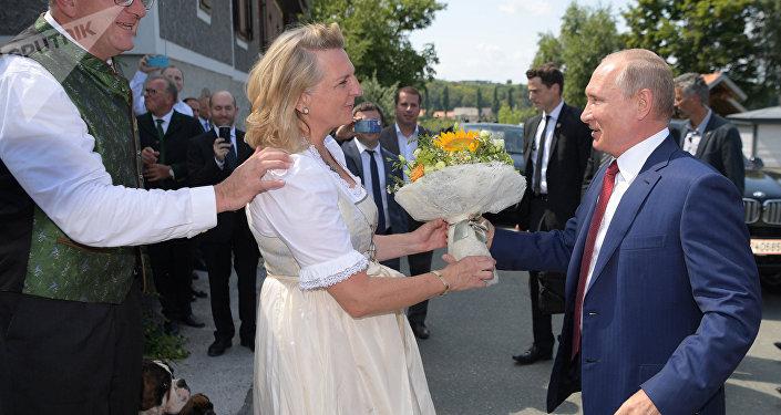 Vladimir Putin al matrimonio del ministro degli Esteri austriaco Karin Kneissl