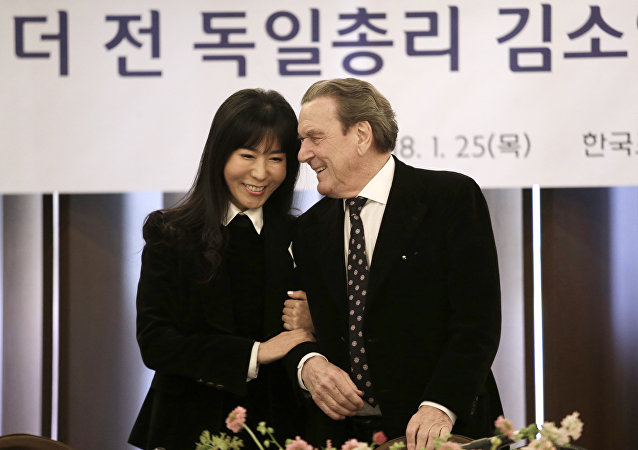 Gerhard Schröder e la sua nuova compagna Kim So-yeon