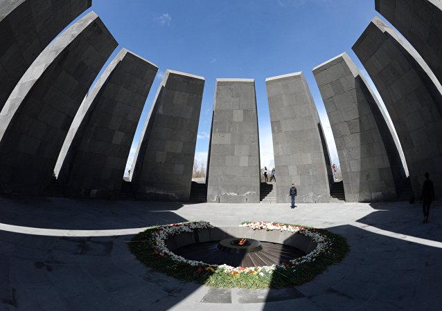 La fiamma eterna arde sul colle Tsitsernakaberd a Yerevan
