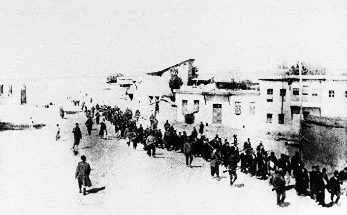 Civili armeni in marcia scortati da soldati ottomani nella città turca di Elazig, aprile 1915