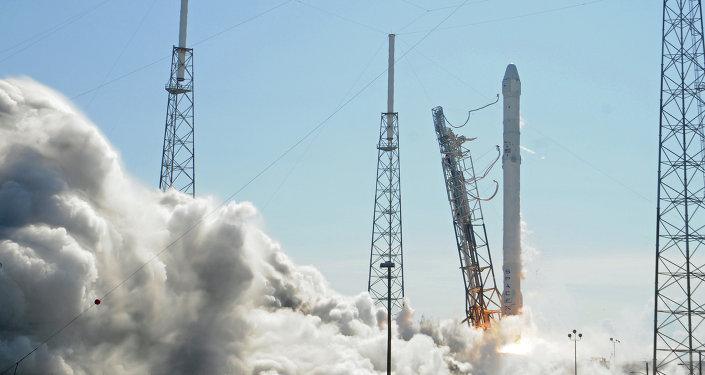 Un razzo Falcon 9 sulla rampa di lancio di Cape Canaveral