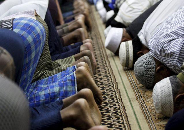 Musulmani durante la preghiera