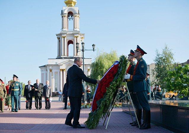 Putin ha deposto una corona di fiori al monumento dei marinai del sottomarino Kursk