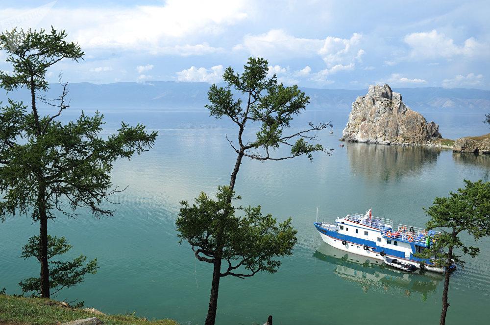 Una nave naviga sul lago Bajkal vicino all'isola Ol'chon. È la più grande e l'unica isola abitata del lago.