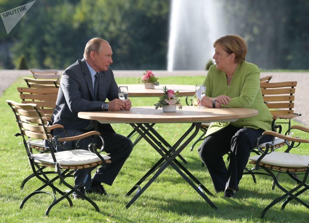 Il presidente russo Vladimir Putin e la cancelliera tedesca Angela Merkel durante il suo incontro il 18 agosto 2018.