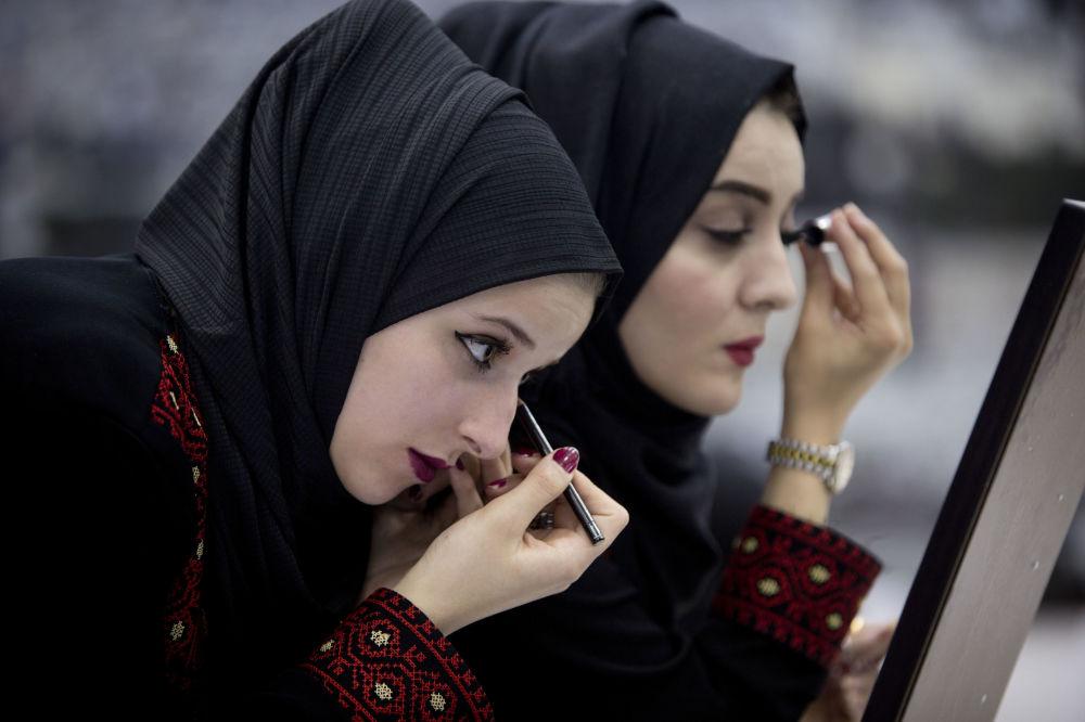 Spose si preparano alle nozze di massa a Ramallah, Palestina.