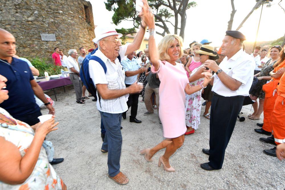 Brigitte Macron balla durante la festa per il 74 anniversario della liberazione della città di Bormes-les-Mimosas durante la Seconda guerra mondiale.